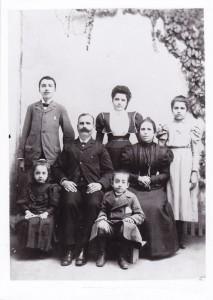 少年时的卡赞扎基斯(后排左一)。