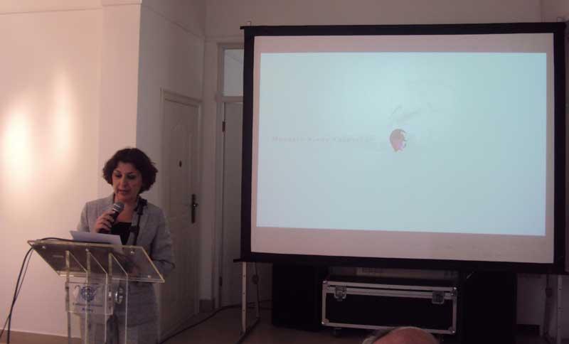 爱莲娜女士发表演讲。