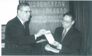 乔治·斯塔西纳基斯先生(左)向中国对外友好协会副会长苏光先生赠送书籍。